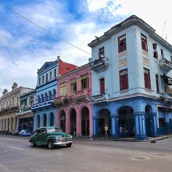 Vieille voiture américaine circulant dans les rues colorées de La Havane