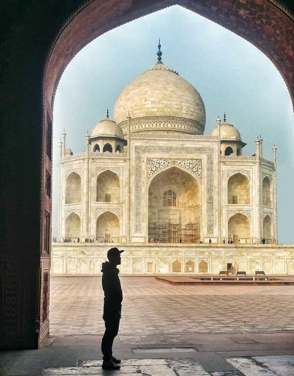 Dan devant le Taj Mahal en Inde, trouver de nouvelles inspirations pour vos voyages sur Where2travel