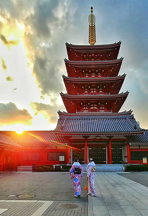 Sunset on a temple in Tokyo - Where2travel